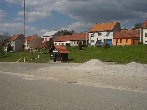 Nová Lhota - náměstí s autobusovou zastávkou